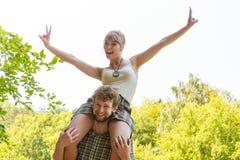 Couples de voyage ayant l'amusement extérieur Photos libres de droits