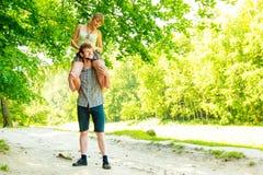 Couples de voyage ayant l'amusement extérieur Image libre de droits