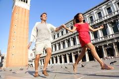 Couples de voyage dans l'amour ayant l'amusement espiègle à Venise Photos stock