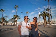 Couples de voyage heureux à Barcelone Photo stock