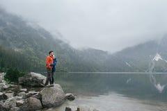 Couples de voyageur dans l'amour appréciant les montagnes Photo stock