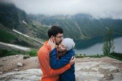 Couples de voyageur dans l'amour appréciant les montagnes Image libre de droits