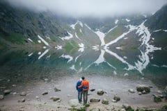 Couples de voyageur dans l'amour appréciant les montagnes Photos libres de droits