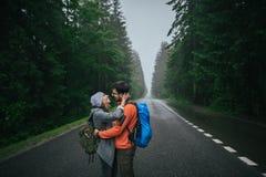Couples de voyageur dans l'amour appréciant les montagnes Photographie stock