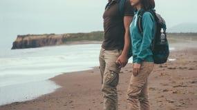 Couples de voyageur dans l'amour marchant sur le littoral Photo libre de droits