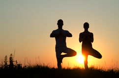 Couples de yoga. Image stock