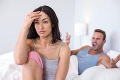 Couples dedans à l'argument sur le lit photo libre de droits