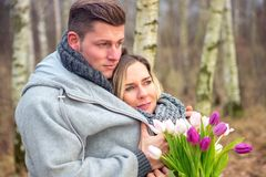 Couples dehors avec des fleurs s'embrassant image libre de droits