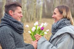 Couples dehors avec des fleurs s'embrassant photo libre de droits