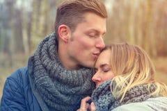 Couples dehors dans le froid s'étreignant photo stock