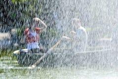 Couples derrière la fontaine. Photo stock
