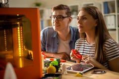 Couples des étudiants à l'aide de l'imprimante 3D Photo libre de droits