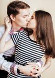 Couples des étudiants de sourire heureux d'adolescents, couleurs chaudes ayant a Photo stock