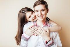 Couples des étudiants de sourire heureux d'adolescents, couleurs chaudes ayant a Photo libre de droits