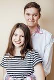 Couples des étudiants de sourire heureux d'adolescents, couleurs chaudes ayant un baiser, concept de personnes de mode de vie Photographie stock
