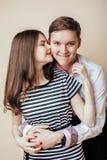 Couples des étudiants de sourire heureux d'adolescents, couleurs chaudes ayant un baiser, concept de personnes de mode de vie Image stock