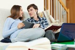 Couples des étudiants discutant l'examen prochain Photo stock