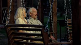 Couples des aînés, oscillation de porche banque de vidéos