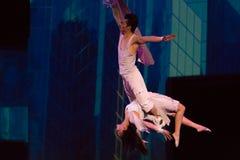 Couples des acrobates accrochant sur un fil photos libres de droits