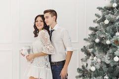 Couples des adolescents à Noël Photo libre de droits