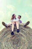 Couples des amants ayant l'amusement dehors sur un coucher du soleil d'été Photos stock