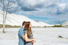 Couples des amants contre les montagnes blanches Image libre de droits