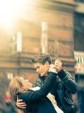 Couples des amants dansant sur la rue Images stock