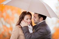 Couples des amants embrassant sous la pluie Images stock