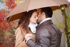 Couples des amants embrassant sous la pluie Image libre de droits