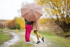 Couples des amants embrassant sous la pluie Photo stock