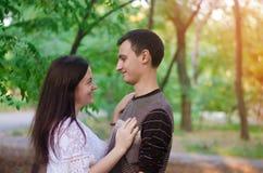 Couples des amants en nature Garçon et fille amour, relations, sentiments amoureux Foyer sélectif Image stock