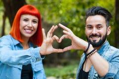 Couples des amants formant un coeur avec leurs mains Photo libre de droits