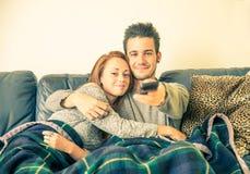 Couples des amants regardant la TV Photos stock