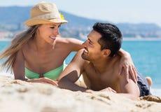 Couples des amants sur le bord de mer Photographie stock