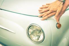 Couples des amants tenant des mains sur une rétro voiture classique de vintage Photographie stock libre de droits