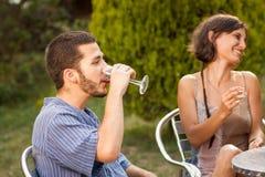 Couples des amis buvant de la sangria dehors Photo libre de droits