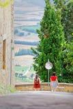 Couples des amis féminins à l'carrefours dans les collines toscanes Photo stock
