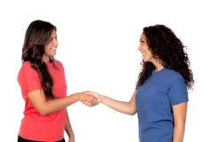 Couples des amis se serrant la main Images libres de droits