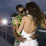 Couples des amoureux dans le port la nuit Image libre de droits