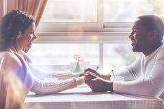 Couples des amoureux regardant l'un l'autre Photographie stock