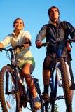 Couples des bicyclettes sur le coucher du soleil Photos libres de droits