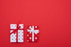 Couples des boîte-cadeau pointillés avec un endroit pour l'espace de copie Images stock