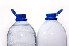 Couples des bouteilles bleues de l'eau Images stock