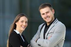 Couples des cadres posant sur la rue photos stock
