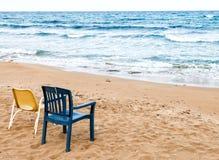 Couples des chaises sur la plage Photographie stock