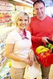 Couples des clients heureux d'épicerie Photo stock