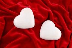 Couples des coeurs au-dessus du velours pourpré Photos libres de droits