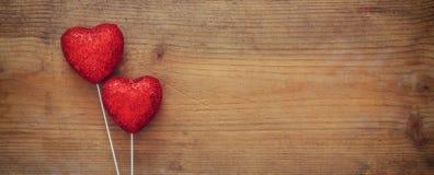 Couples des coeurs rouges de scintillement sur le fond en bois Photos libres de droits