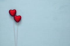 Couples des coeurs rouges de scintillement sur le fond en bois Image stock