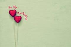 Couples des coeurs rouges de scintillement sur le fond en bois Photo libre de droits